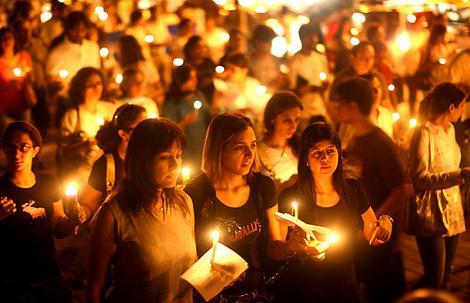 Mumbai Residents Hold Candlelit Vigil At Oberoi Hotel